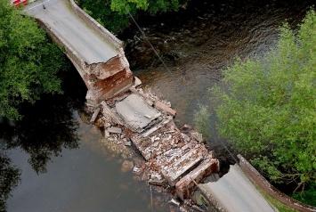 Автобус с детьми чуть не упал в пропасть с рухнувшего моста 1