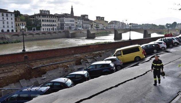 20 авто «ушли под землю» из-за проседания грунта 2