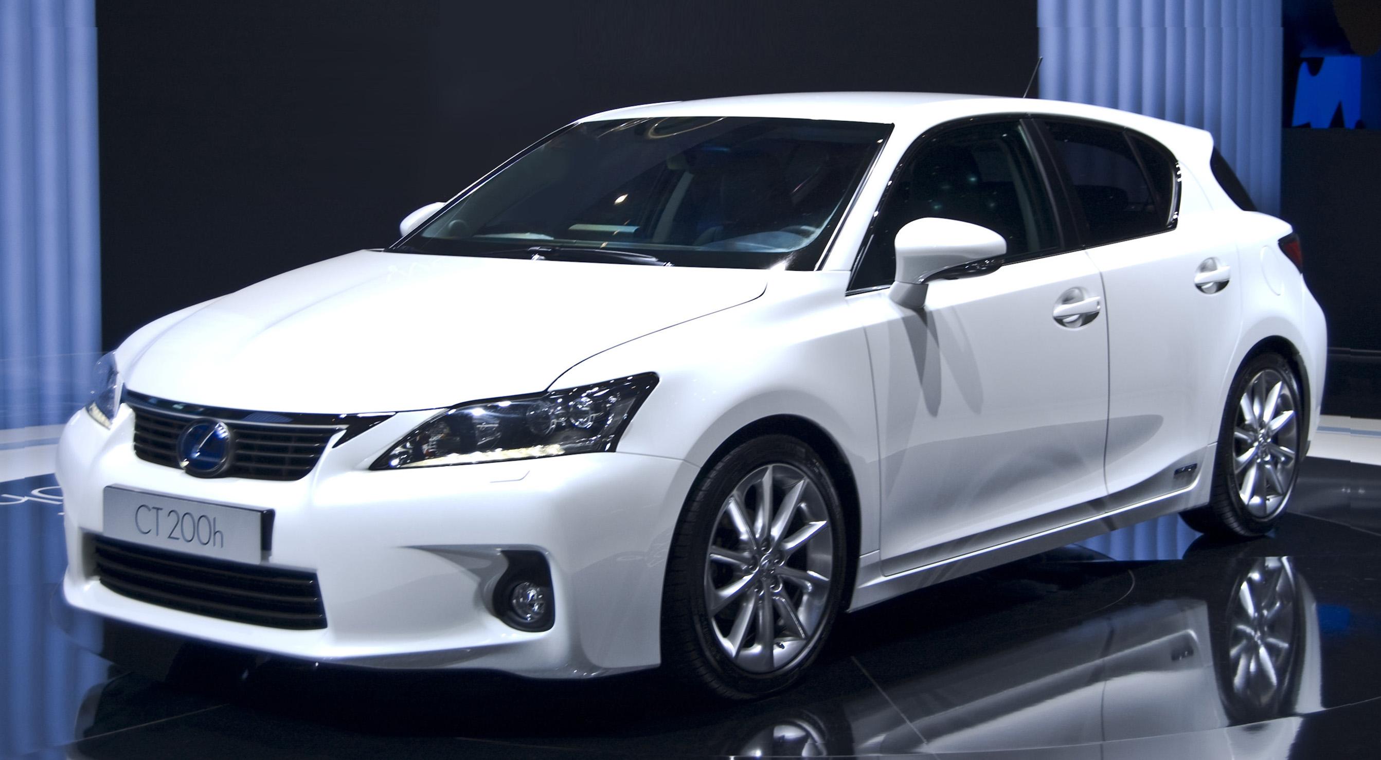 Lexus презентует совершенно новый мини-кроссовер 1