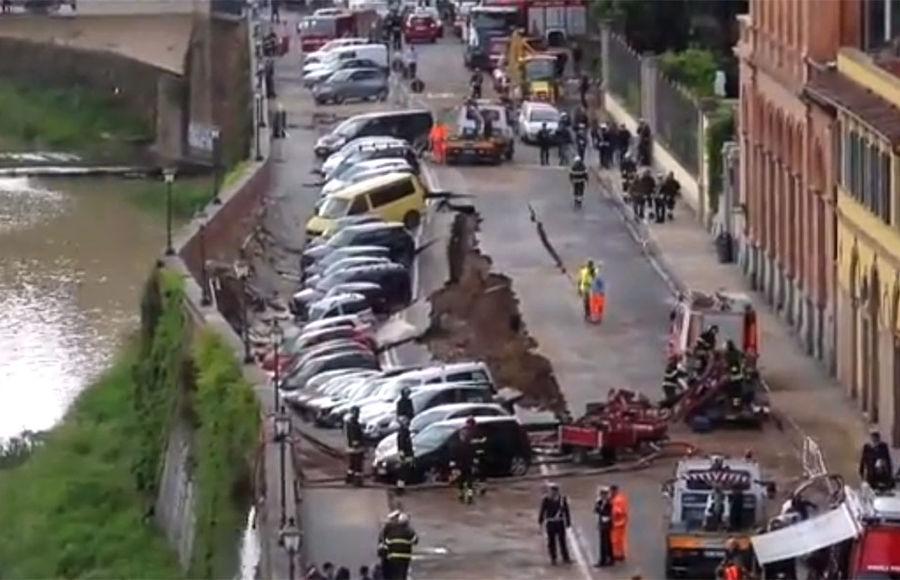 20 авто «ушли под землю» из-за проседания грунта 1
