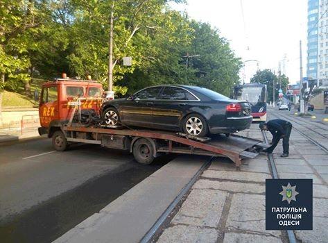 Одесский «автохам» припарковался просто поперек трамвайных путей 2