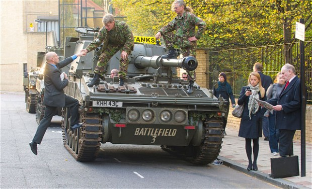 На улицы Лондона вышли танки-такси 3