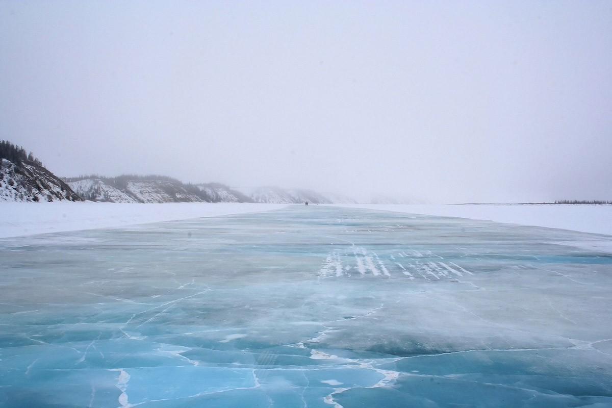 В Канаде зимой река перевоплощается в автомобильную трассу 1