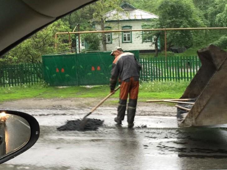 В Днепропетровске ремонтируют дороги под проливным дождем 1