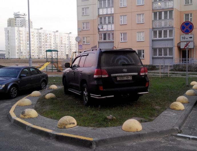 Бетонные полусферы не всегда ограничивают тротуары от незаконной парковки 2