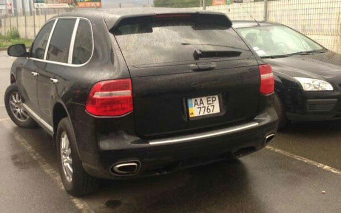 В Украине замечены два автомобиля Porsche с одинаковыми номерными знаками 2