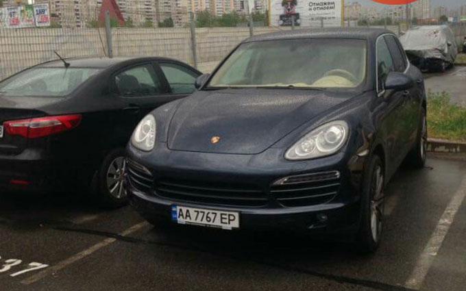 В Украине замечены два автомобиля Porsche с одинаковыми номерными знаками 1