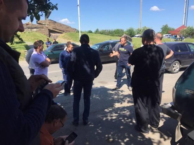 Владельцы автомобилей с иностранными номерами пикетируют границу со Словакией 1