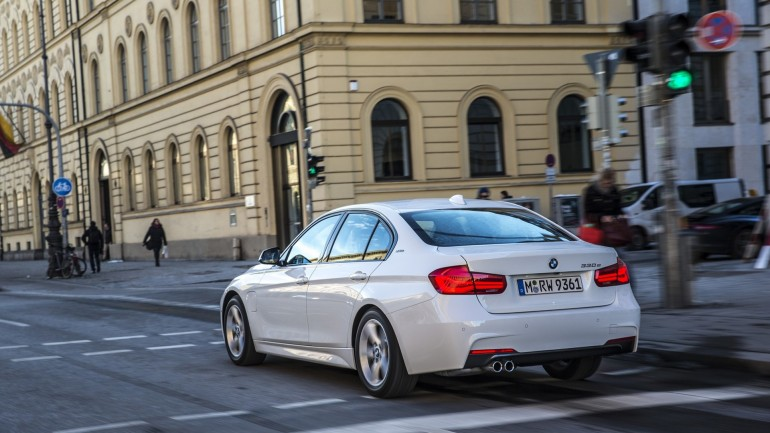 Компания BMW представит новую модификацию гибрида 330e 2