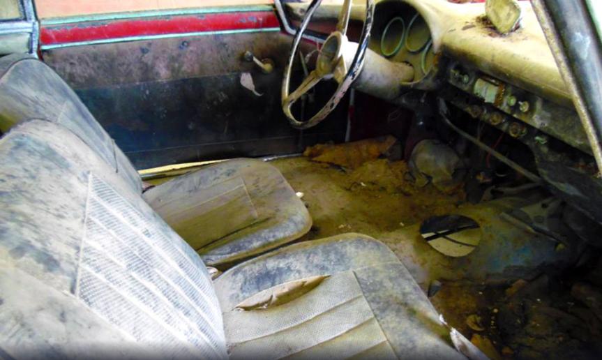 В старинном замке обнаружены раритетные авто 2