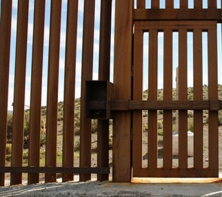 «Нелегал» преодолел стену на границе на своем авто 1