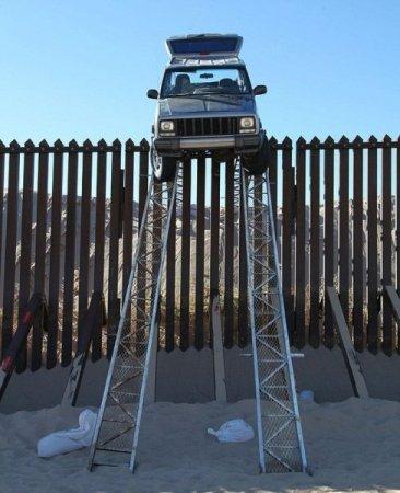 «Нелегал» преодолел стену на границе на своем авто 2