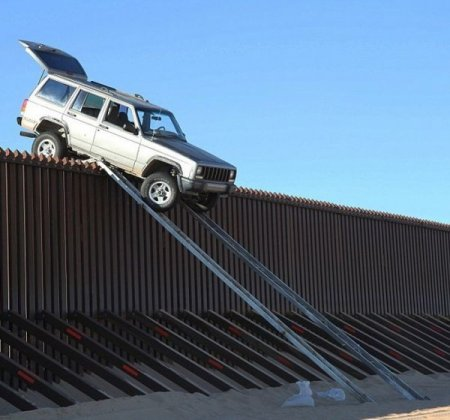 «Нелегал» преодолел стену на границе на своем авто 3