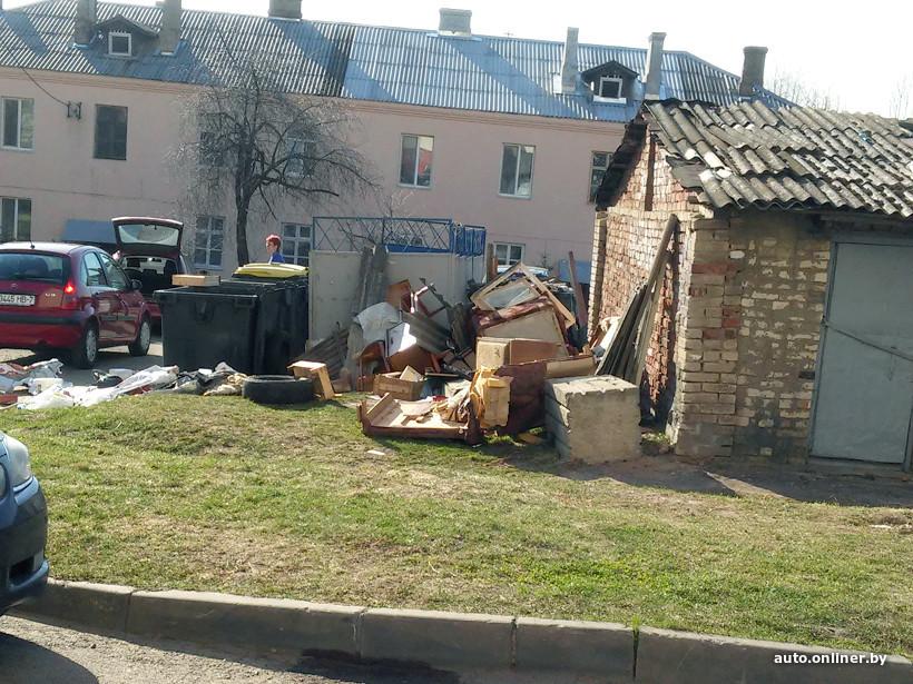 Белорус «под завязку» забил свой автомобиль мусором 3