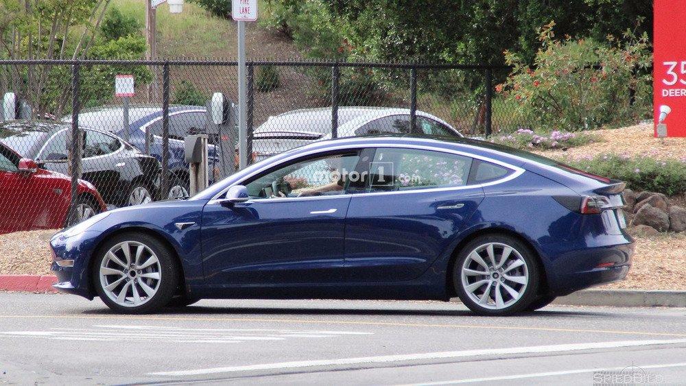 Папарации засекли новый электрокар Tesla Model 3 1