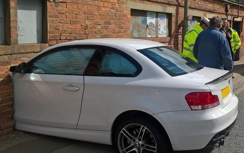 Лихач на BMW насквозь пробил заводскую стену 1