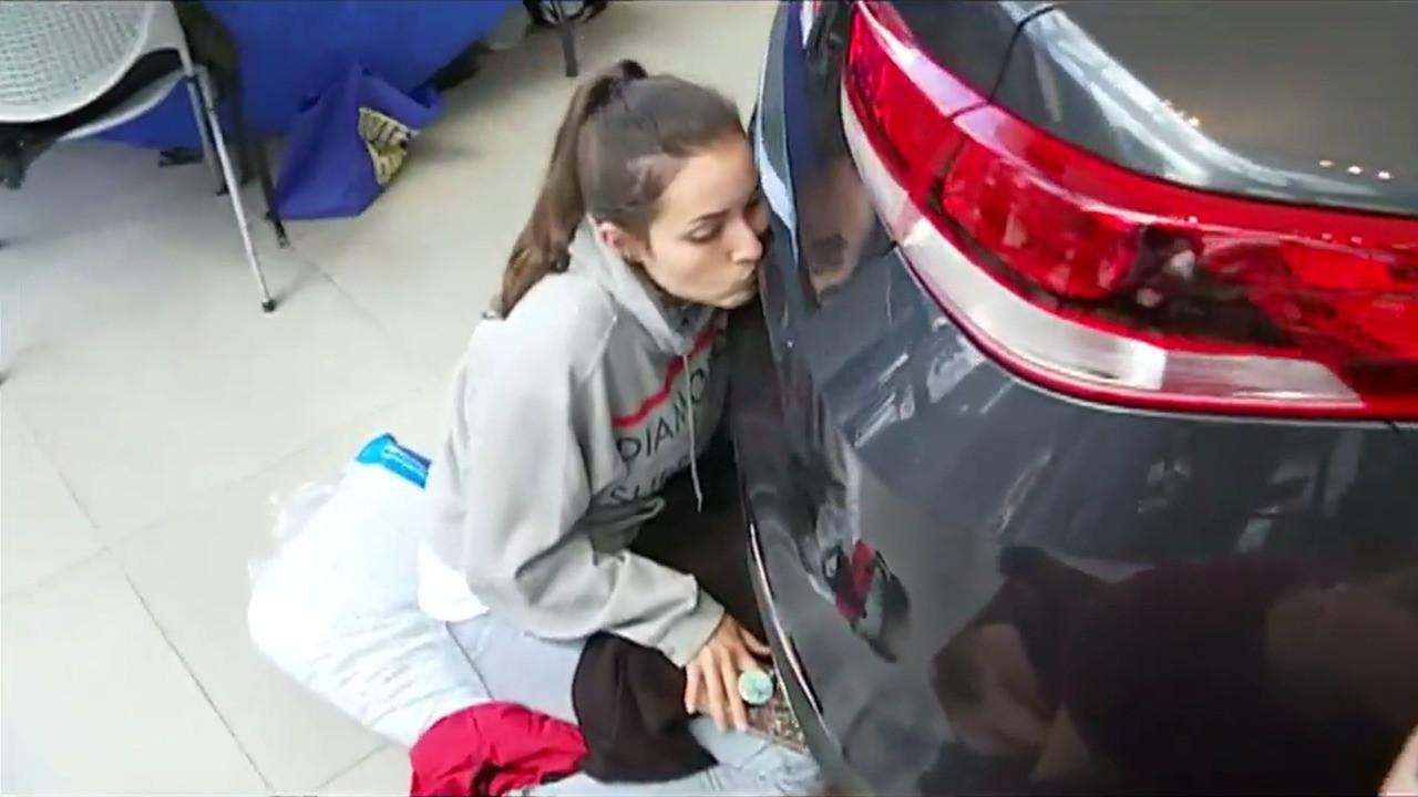 Автоледи получила Kia за 50-часовой поцелуй машины 1