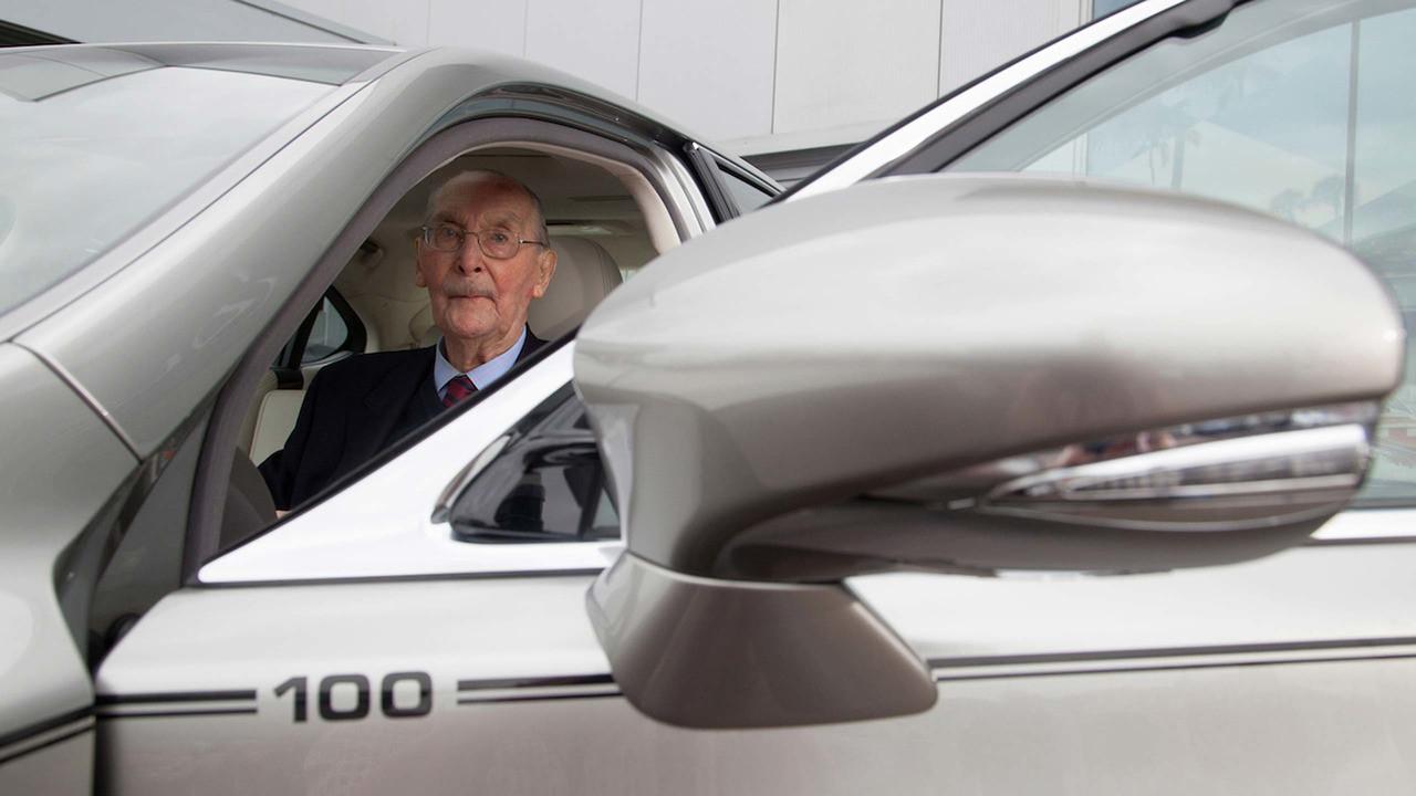 Руководство Lexus подарило единичный LS «особенному пенсионеру» 1
