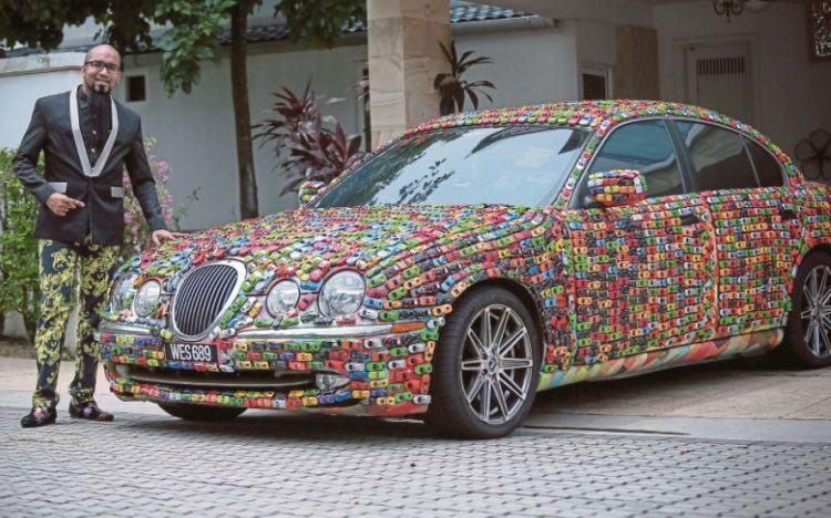 Малайзиец обклеил Jaguar S-Type игрушечными машинками 1