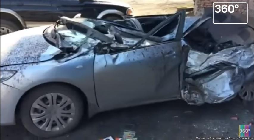 Взлетевшее колесо от БелАЗа расплющило легковушку 1