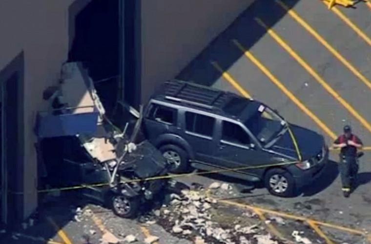 Jeep Cherokee протаранил толпу на автоаукционе 1