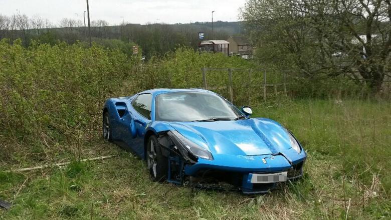 Брошенный в поле Ferrari уже успели оценить 2