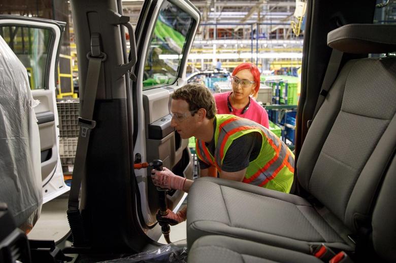 Основатель Facebook поработал на автосборочном конвейере 1