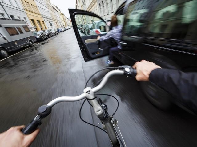 Почему водитель должен открывать дверь автомобиля правой рукой 1