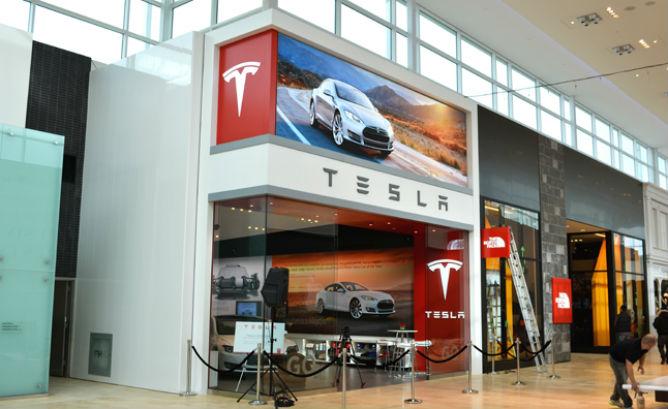 Компания Tesla срочно отзывает 53 000 электромобилей 1