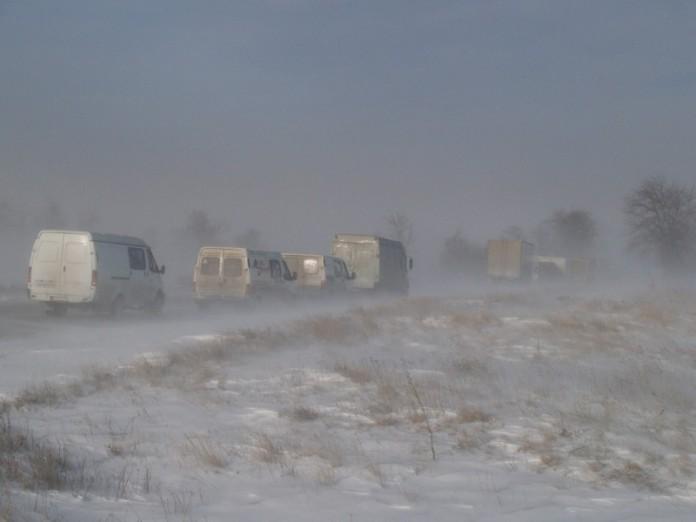 В Украине из-за снегопада начали перекрывать трассы 1