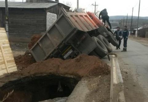 КамАЗ провалился в яму, которую приехал засыпать 2
