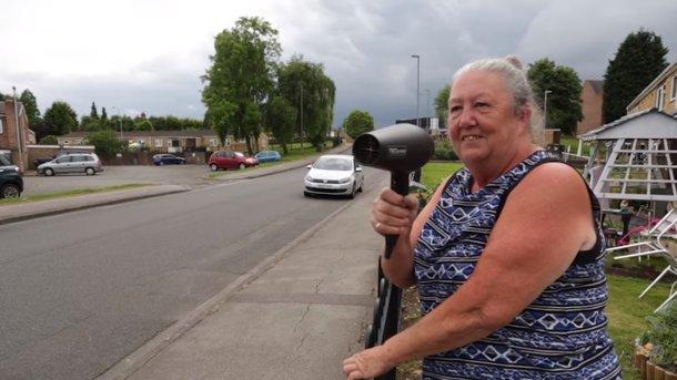 Пенсионерка «борется с автомобилистами-нарушителями при помощи фена» 1