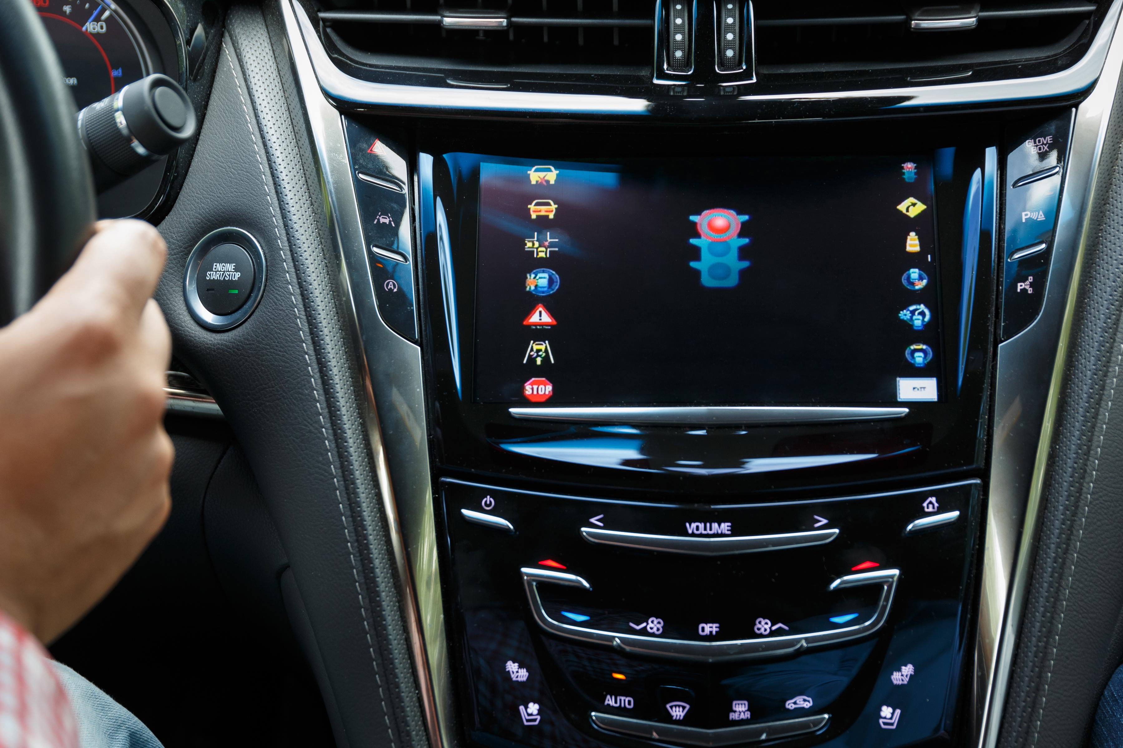 Автомобили Cadillac «научатся общаться» со сфетофорами 1