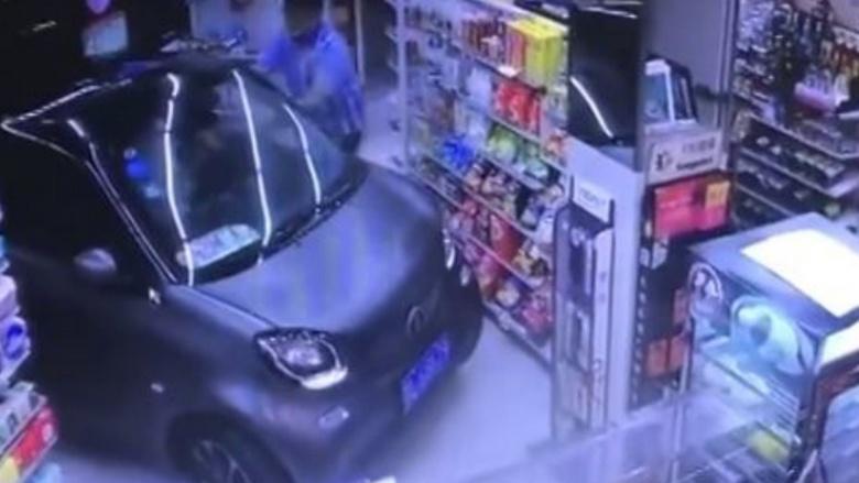 «Нет места на парковке»: водитель заехал в маркет на «Смарте» 1