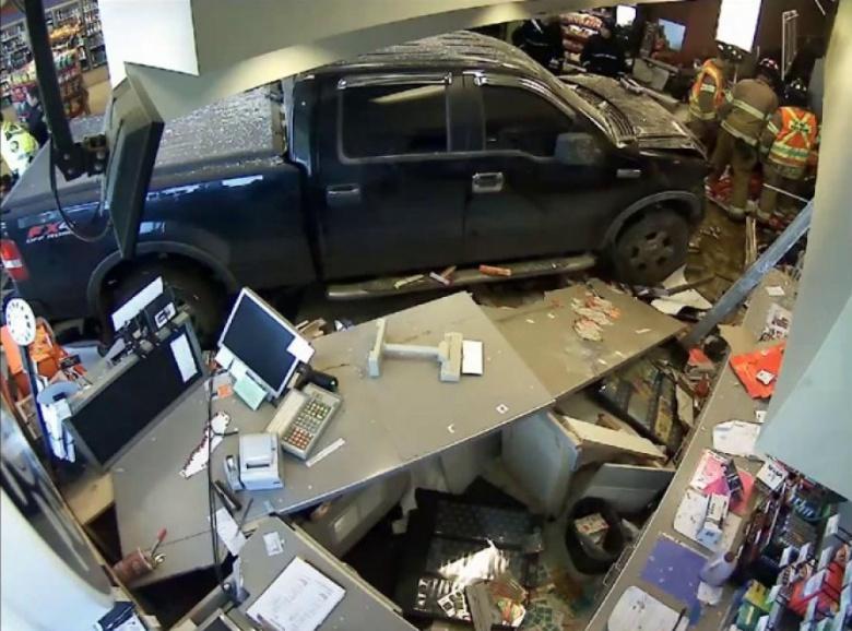 «Нет места на парковке»: водитель заехал в маркет на «Смарте» 2