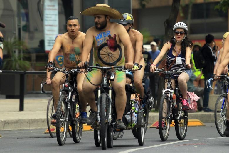 Противники «дорожной агрессии» проехались на велосипедах «нагишом» 1