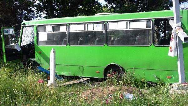 Угнав автобус «Богдан», выпускники «разгромили» кладбище 2