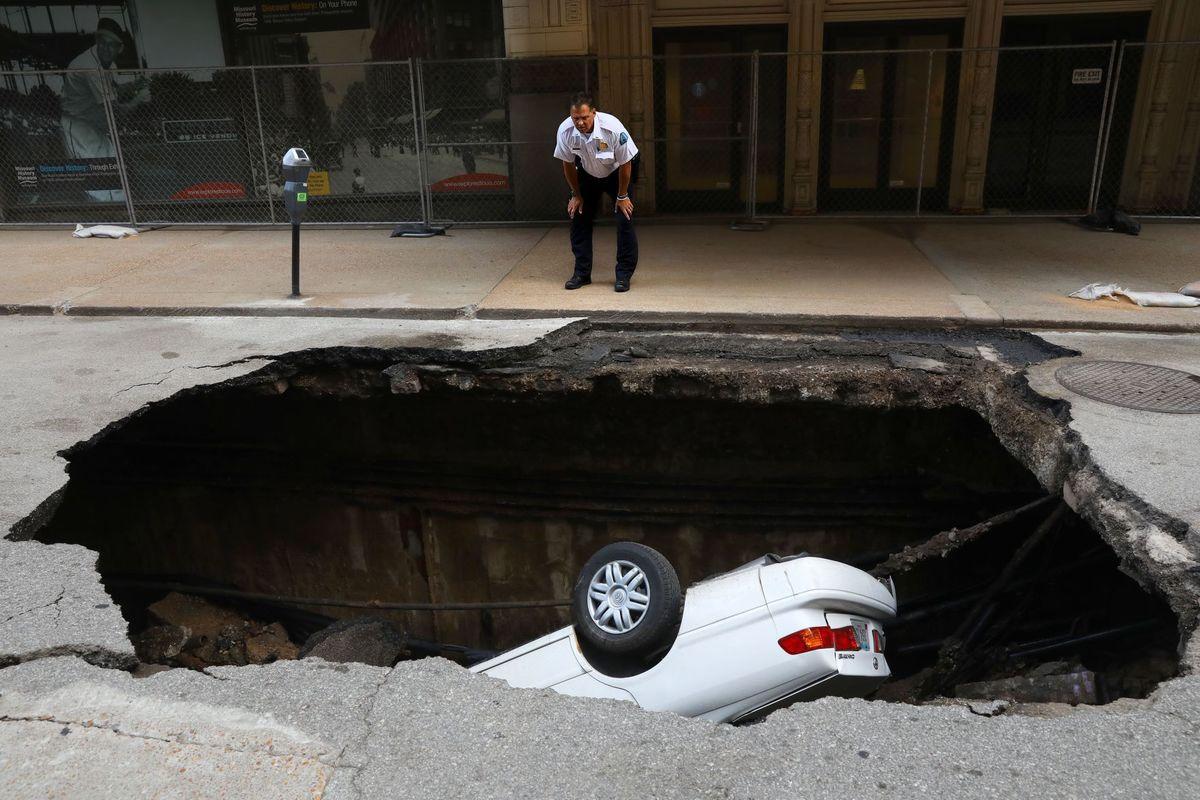 «Полный провал»: Toyota Camry «скрылся» в шестиметровой яме 1