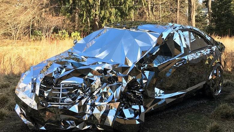 Скульптор Гришка показал инсталляцию «разбитый Mercedes» 1