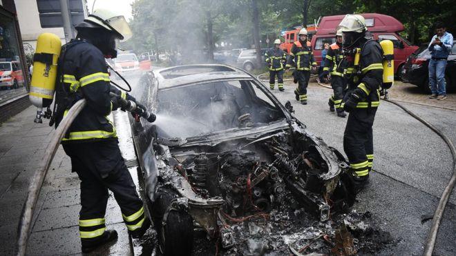 В Гамбурге митингующие продолжают жечь автомобили 1