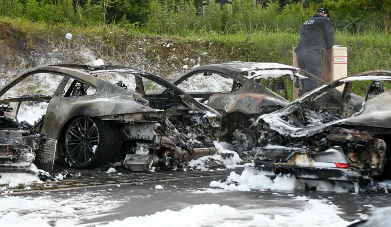Антиглобалисты-хулиганы сожгли 12 новеньких Porsche 1
