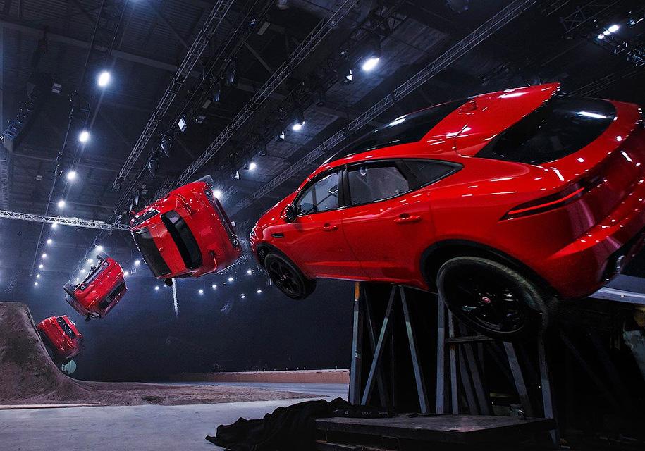 Самая длинная «бочка» в мире - рекорд нового Jaguar E-Pace 1