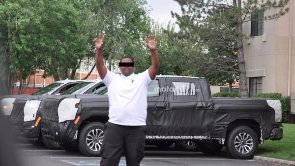 Охрана «телом закрыла» от папарацци новый Chevrolet 1