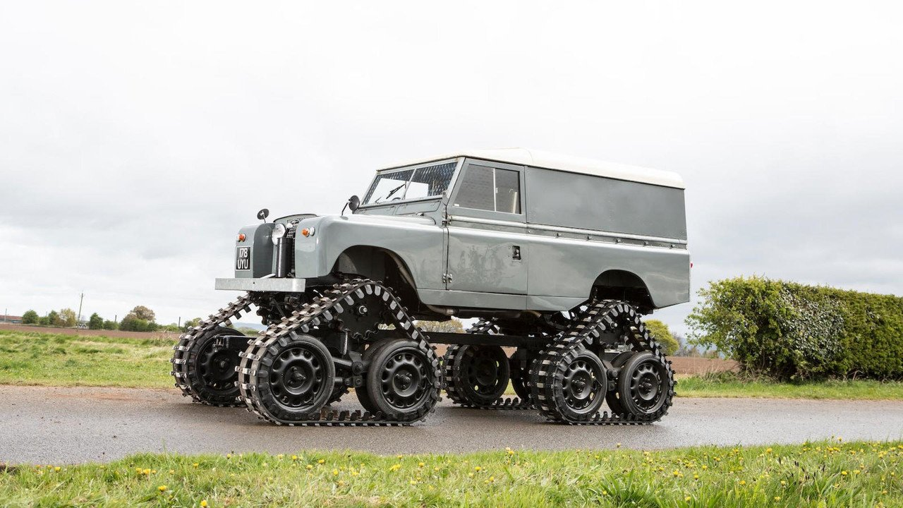 На аукцион выставили Land Rover на гусеничном ходу 1
