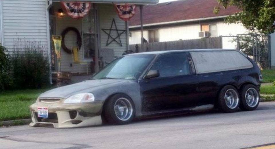 На парковке обнаружили шестиколесную модель Honda Civic 1