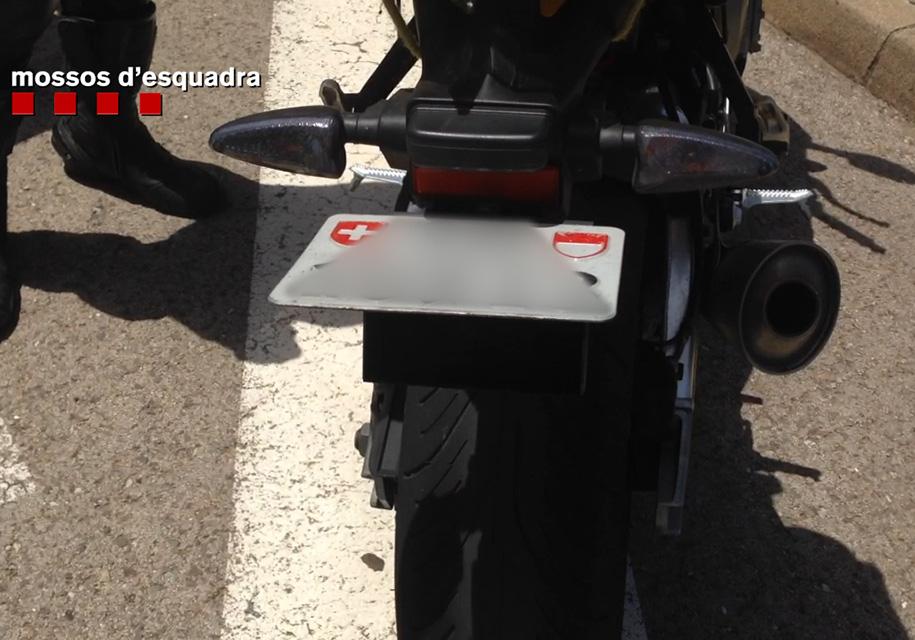 Мотоциклист получил колоссальный штраф за устройство, прячущее номера 1