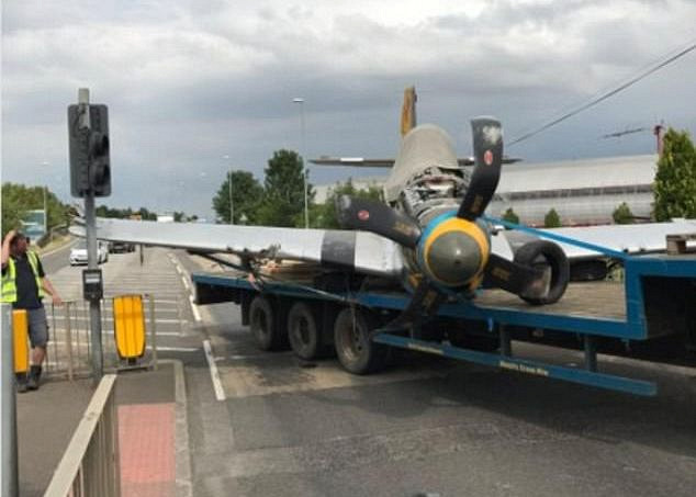 В Британии на светофоре застрял самолет 2
