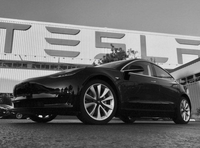 Стало известно кто стал обладателем первого электромобиля Tesla Model 3 1