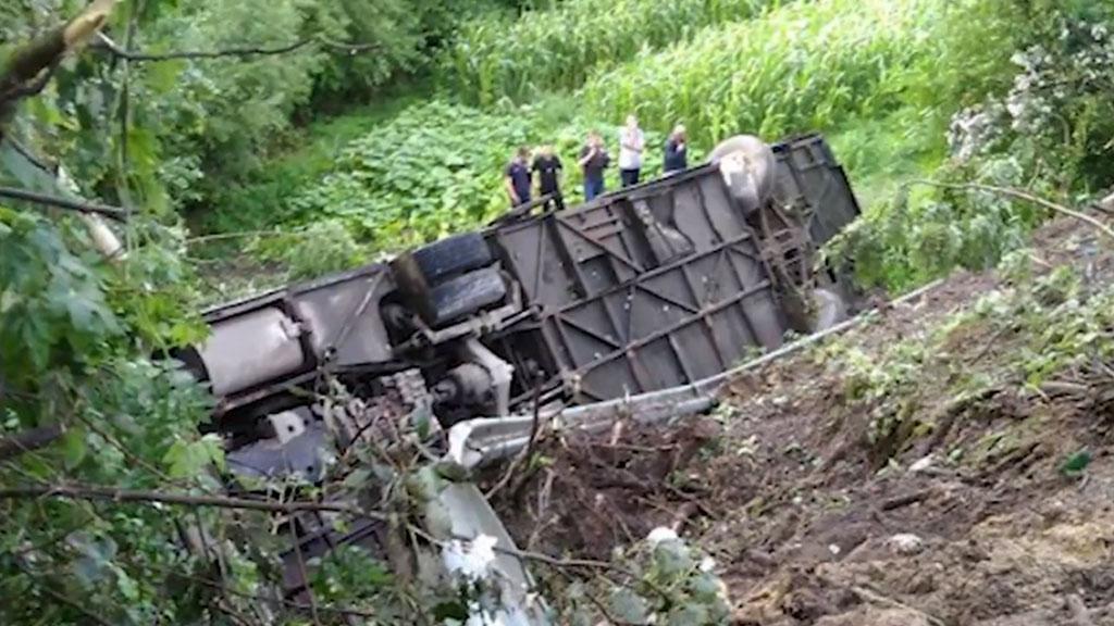 Украинский туристический автобус слетел с дороги в пропасть 1