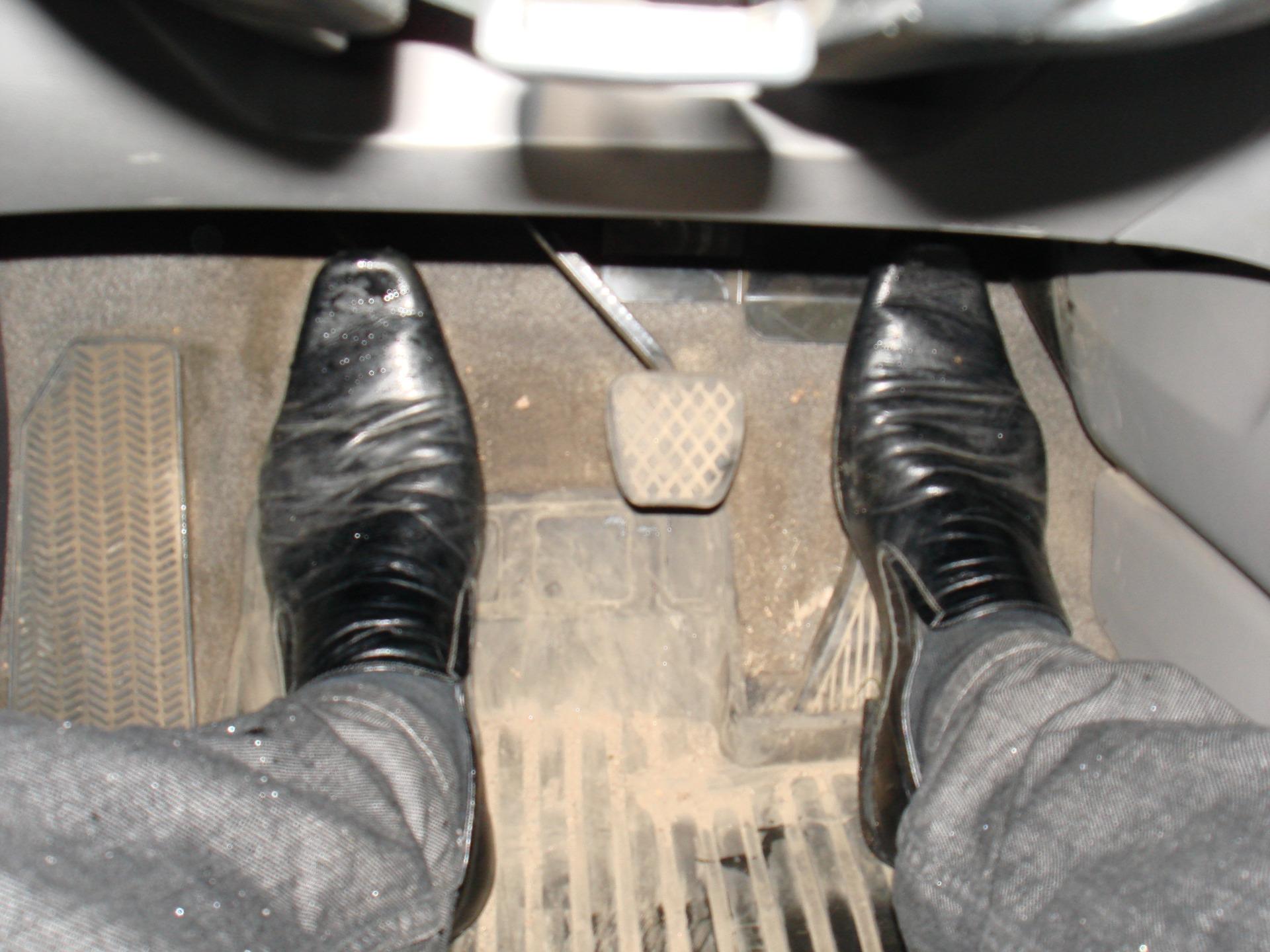 Ford выяснил, какая обувь самая удобная и опасная для вождения 1